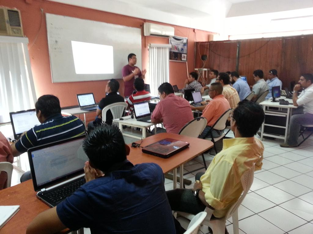 Photo of Mauricio Dinarte presenting a Drupal Global Training Days workshop in Nicaragua